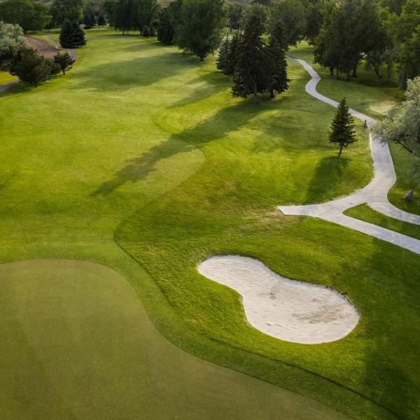 Luftaufnahmen mit Drohne: Golfplatz.