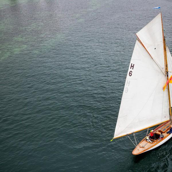 Luftaufnahmen mit Drohne: Segelyacht auf dem Bodensee.