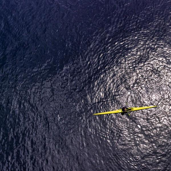 Luftaufnahmen mit Drohne: Rudereiner von oben.
