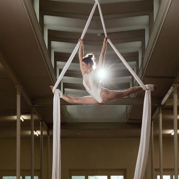 Professionelle Sportfotografie: Akrobatik im Vertikaltuch - Sportfotograf Andrea Scavini (Werbeagentur goldgelb)
