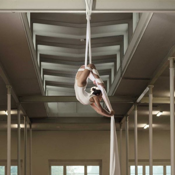 Professionelle Sportfotografie: Akrobatik - Sportfotograf Andrea Scavini (goldgelb)