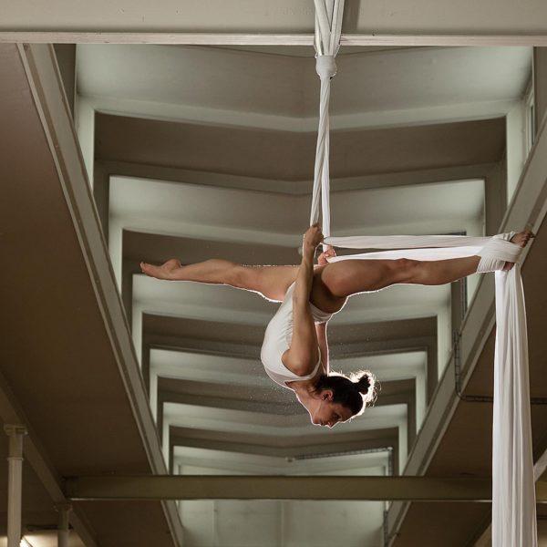 Professionelle Sportfotografie: Akrobatik im Vertikaltuch - Fotograf Andrea Scavini