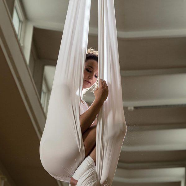 Professionelle Sportfotografie: Akrobatik im Vertikaltuch - Fotograf Andrea Scavini (goldgelb)