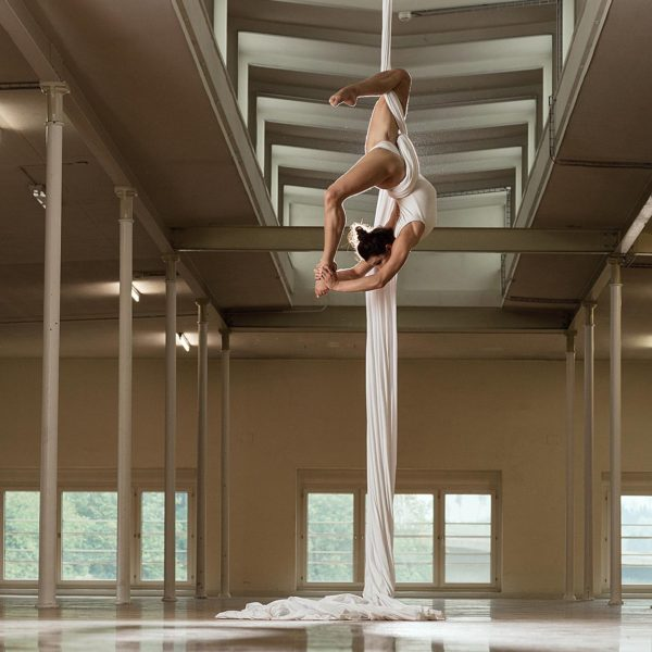 Sportfotografie: Akrobatik im Vertikaltuch - Sportfotograf Andrea Scavini (goldgelb)